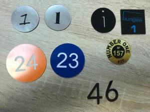 номерки на шкафы и ключи